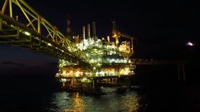 油和煤气产业和坚苦工作在夜间 近海建筑平台 库存图片