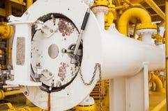 油和煤气产业的猪吃午餐的人,在的现代的管子设计设备油和煤气产业 库存图片