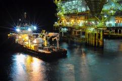油和煤气平台在海湾或海,世界能量 免版税库存照片