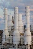 油和煤气植物冷却塔,高温废气从过程冷却作为过程,作为的线和turbin一样尾气  免版税图库摄影