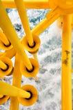 油和煤气生产槽孔在近海平台,在恶劣天气情况的平台 油和煤气产业 免版税库存照片