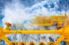 油和煤气生产槽孔在近海平台,在恶劣天气情况的平台 油和煤气产业 免版税库存图片