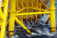 油和煤气生产槽孔在近海平台 库存图片