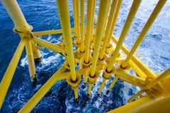 油和煤气生产槽孔在近海平台 免版税库存图片