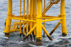 油和煤气生产槽孔在近海平台 库存照片