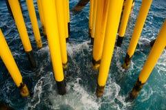 油和煤气生产槽孔在近海平台 免版税图库摄影