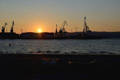 油和煤气的工业贮藏库在日落的港口 库存照片