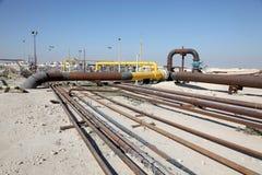 油和煤气管道在沙漠 免版税库存照片