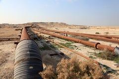 油和煤气管道在沙漠 库存照片