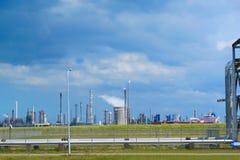 油和煤气精炼厂产业全景风景 免版税库存照片
