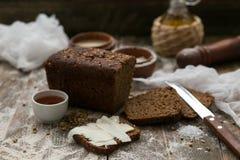 黄油和面包早餐在土气木背景 免版税库存图片