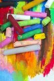 油在五颜六色的背景的柔和的淡色彩蜡笔 免版税库存照片