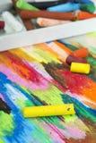 油在五颜六色的背景的柔和的淡色彩蜡笔 库存照片