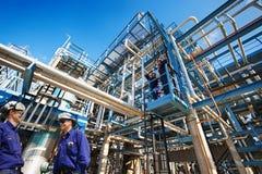 油工作者和工业精炼厂 免版税图库摄影