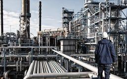 油工作者和炼油厂产业 免版税库存照片