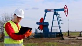 油工作者检查泵浦起重器 股票视频