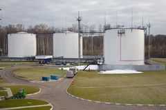 油或燃料贮存坦克在工业区 图库摄影