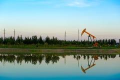 油抽的机器湖边 库存图片