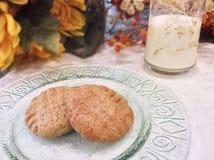 黄油曲奇饼牛奶花生 免版税库存照片