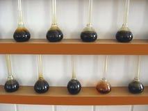 油样品在的烧瓶 库存照片