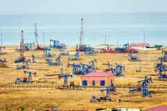油泵和船具由里海海岸 库存照片