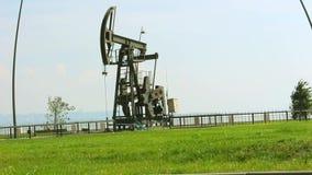 油泵和绿草在巴库,阿塞拜疆,在里海附近 股票视频