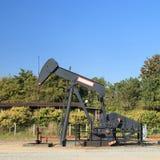 油泵杰克(抽油杆射线)和储备油箱 库存照片