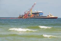 油海滨溢出工作者 库存图片