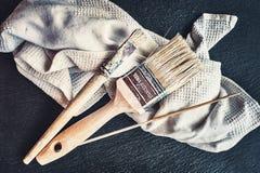 油漆刷和布料 免版税库存照片
