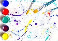 油漆刷和树胶水彩画颜料油漆抽象派 免版税库存图片