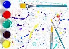 油漆刷和树胶水彩画颜料油漆抽象派 免版税图库摄影