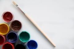 油漆刷和油漆画的 库存照片