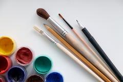 油漆刷和油漆画的 库存图片