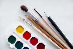 油漆刷和油漆画的 免版税库存照片
