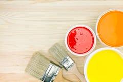 油漆刷和被打开的油漆罐头 免版税库存照片