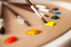 油漆刷宏观照片在从板台的黄色油漆浸洗了 图库摄影