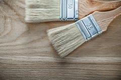 油漆刷有木把柄顶视图 库存照片