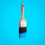 油漆刷用滴下刺毛的蓝天颜色装载了 免版税库存照片