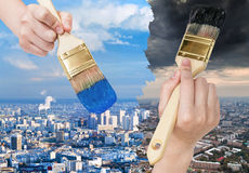 油漆刷绘蓝色干净和黑暗的肮脏的城市 库存照片