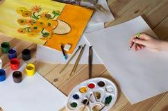 油漆和图画在桌上 免版税库存照片
