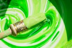 油漆和明亮的五颜六色的白色和绿色混合的老刷子 免版税库存图片
