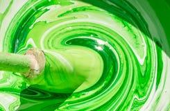 油漆和老画笔白色和绿色卷毛  库存照片