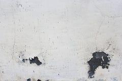 油漆和老肮脏的膏药灰色房子与镇压 免版税库存图片