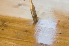 油漆在地板上的刷子冲程 库存图片