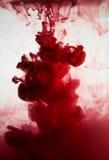 油漆在水,红色五颜六色中 图库摄影