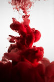 油漆在水,红色五颜六色中 库存照片