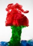 油漆在水,红色,五颜六色,蓝色,绿色,黄色中 图库摄影
