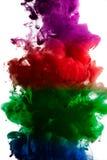 油漆在水,红色,五颜六色,蓝色,绿色,黄色中 库存照片