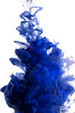 油漆在水,蓝色五颜六色中 库存图片