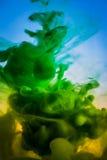 油漆在水,绿色中,黄色 免版税库存图片